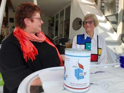 Zeit für einen kleinen Plausch: Pastorin Dagmar Posner bringt die Alles-klar-Spendendose für den 100. Geburtstag bei Hilde Schmidt vorbei. Foto: Ines Langhorst