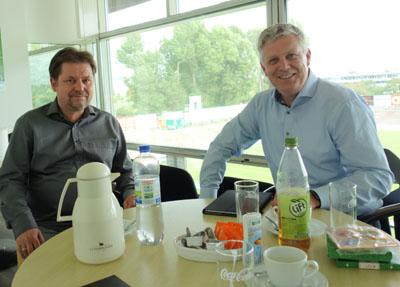 Der Vorstandssprecher des VfB Lübeck, Thomas Schikorra (links) im Gespräch mit Jörg Hansen (rechts) in den Räumen des Lohmühlen-Stadions. Foto: VfB Lübeck