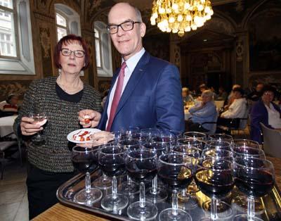 Stadtpräsidentin Gabriele Schopenhauer und Wirtschaftssenator Sven Schindler empfangen 70-jährige Lübecker am 10. März im Rathaus. Foto: JW/Archiv