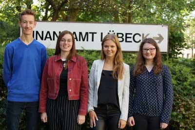 Vier neu Auszubildenden werden die Ausbildung in der Laufbahngruppe 1.2 absolvieren. Foto: FA L.
