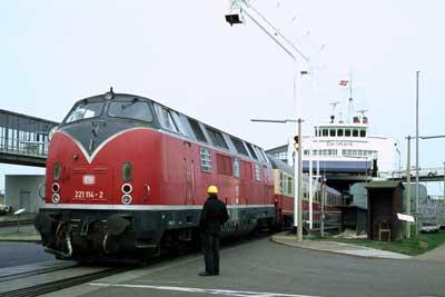 Eine der 12 Lokomotiven der Baureihe V200.1, die 1963 fabrikneu beim Bahnbetriebswerk Lübeck stationiert wurden, von wo aus sie auf der Vogelfluglinie über die Fehmarnsundbrücke eingesetzt wurden. Foto: Ulrich Budde.