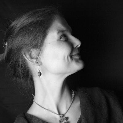 Die Märchenerzählerin Birte Bernstein hat wieder einen Koffer voller Geschichten dabei. Foto: B. Bernstein.