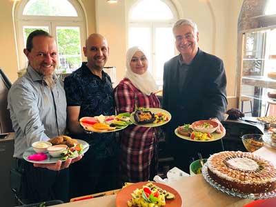 Von links: Thorsten Heise, Ayman und Nada Al Kassar sowie Jakobi-Pastor Lutz Jedeck begrüßen ihre Gäste mit vielen Leckereien – so auch an Erntedank. Fotos: Steffi Niemann.