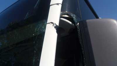 Kurz hinter der Ortschaft Curau wurden plötzlich mehrere Scheiben des Busses beschädigt. Foto: Polizei