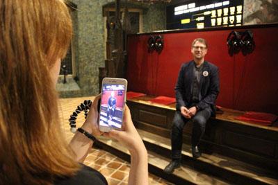Sören Affeldt, Leiter des Bereichs Bildung und Vermittlung im Hansemuseum, bei den Proben für die erste Online-Führung. Foto: EHM