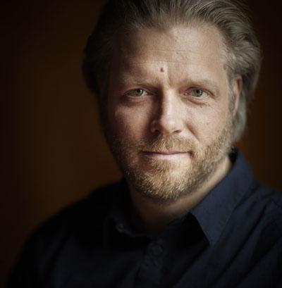 Christoph Gedschold dirigiert das Konzert. Foto: Patrick Vogel