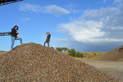 Gemeinsam Steine sammeln und uralte Geschichten dabei endecken ist ein Abenteuer für die ganze Familie. Foto: GeoPark Nordisches Steinreich.