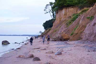 Die Strandexkursionen des GeoParks Nordisches Steinreich richten sich an Jung und Alt. Foto: N. Steinreich