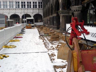 2012 wurde nach den Bauarbeiten Asphalt auf einem Teil des Marktes verbaut. Jetzt wird er durch Kopfsteinpflaster ersetzt. Foto: H.L./Archiv
