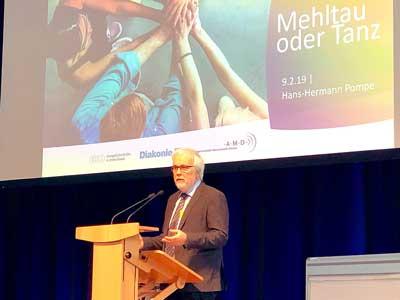 Hans-Hermann Pompe vom Zentrum für Mission in der Region erinnerte an den Ursprung des Glaubens. Fotos: Steffi Niemann, Ines Langhorst.