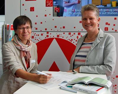 Ute Hoffmeister und Ursula Ebbing beraten angehende Abiturientinnen und Abiturienten bei ihrer Berufs- und Studienplanung. Foto: Agentur für Arbeit Lübeck.