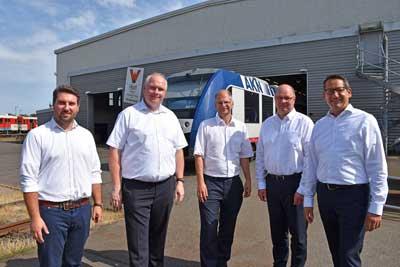 Von links: Justus Olesch, Nils Offer, Wolfgang Seyb, Lars Wrage und Lars Schöning auf dem Betriebsgelände der AKN Eisenbahn GmbH in Kaltenkirchen. Foto: IHK Lübeck.