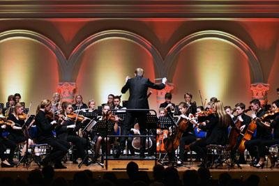Die 30 jungen Musikerinnen und Musiker treten gemeinsam mit Mitgliedern ihres Patenorchesters, den Lübecker Philharmonikern, auf. Foto: MKS