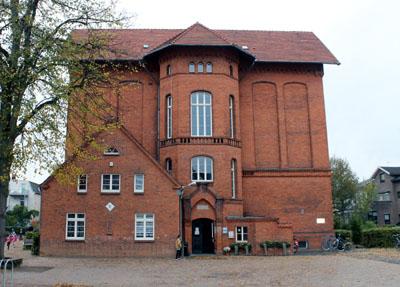 Der Ersatzbau für die Kaland-Schule, der auf der Hüxwiese entstehen soll, verzögert sich um sechs Monate.