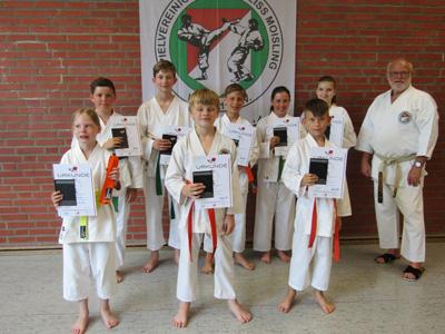 Dieter Lahann und die Karatekids von Rot-Weiß Moisling. Foto: Verein/Archiv