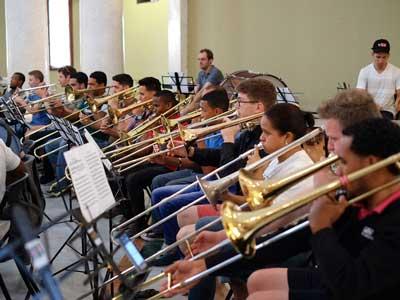 Das Nationale Jugendsinfonieorchester der Dominikanischen Republik gastiert zusammen mit dem Sinfonieorchester der Universität Hamburg auch in Lübeck. Foto: Damian Sutmann.