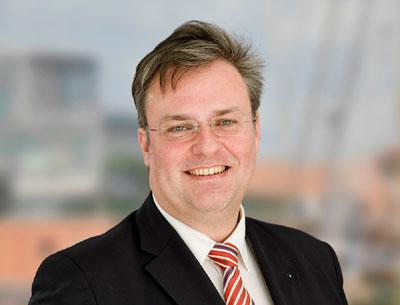 Der Vorsitzende des Wirtschaftsausschusses und wirtschaftspolitische Sprecher der CDU-Fraktion Ulrich Krause korrigiert seine Veröffentlichung zur Verkehrsberuhigung in Travemünde. Foto: CDU