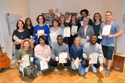 Die ersten 17 Teilnehmenden stammen aus verschiedenen Berufsfeldern und nutzen ihre neuen Kenntnisse in der Arbeit mit Kindern, Jugendlichen oder Erwachsenen. Foto: Doris Seitz.