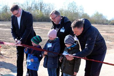 Bürgermeister Jan Lindenau, Jonne (5), Jara(8) und Tom (5) eröffneten mit den Geschäftsführern Harald Gerstmann und Marc Dreyer das Baugebiet. Fotos: GEG
