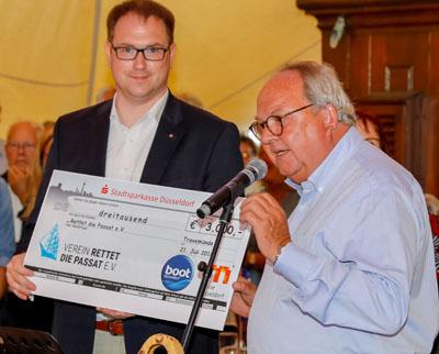 Lübecks Bürgermeister Jan Lindenau nahm stellvertretend für den Passat-Verein den Scheck von Werner M. Dornscheidt, Vorsitzender des Vorstands der Messe Düsseldorf, entgegen. Foto TW media