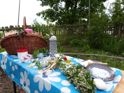 Mit Ringelblume, Minze oder Rosenöl werden Seifen zu fantasievollen Formen gefilzt. Foto: Verein.