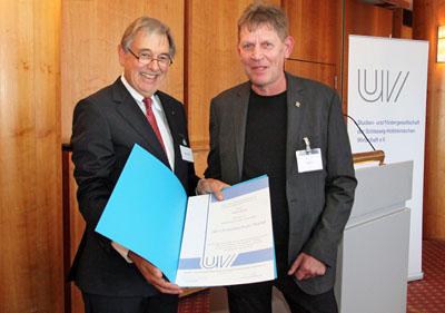 Uli Wachholtz, Präsident der Unternehmerverbände Nord, überreichte die Auszeichnung an Stefan Ogasa. Foto: Studien- und Fördergesellschaft der Schleswig- Holsteinischen Wirtschaft e. V /Jan Köhler-Kaeß