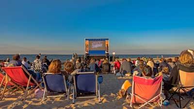 Direkt auf dem Strand wird ein außergewöhnliches Filmerlebnis mit Meeresrauschen und Sonnenuntergang geboten. Foto: TSNT GmbH
