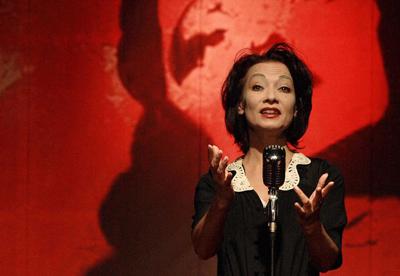 Mary C. Bernet ist erneut als Edith Piaf auf dem Theaterschiff Lübeck zu erleben. Foto: Veranstalter.