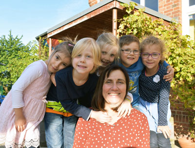 Claudia Rabia mit den Kita-Kindern Feza (5), Mias (5), Katinka (5), Julian (6) und Sophie (6). Foto: Kitawerk