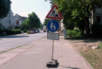 Das sollte es seit Jahren nicht mehr geben: Vor dem Verwaltungszentrum Mühlentor müssen Radfahrer seit Wochen absteigen. Foto: GAL