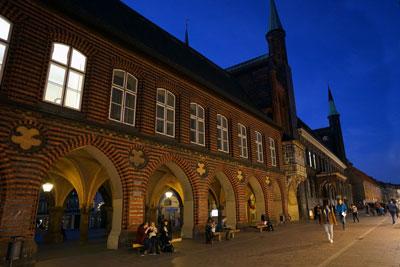 Die Eröffnungsveranstaltung der antirassistischen Kulturtage findet im Audienzsaal des Lübecker Rathauses statt. Foto: JW.