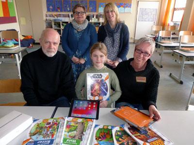 Auch in Lübeck und Stockelsdorf sind die Leselernhelfer aktiv, hier bei einer Übergabe eines iPads für Lernspiele an der Grundschule Ravensbusch. Archivfoto: Mentor