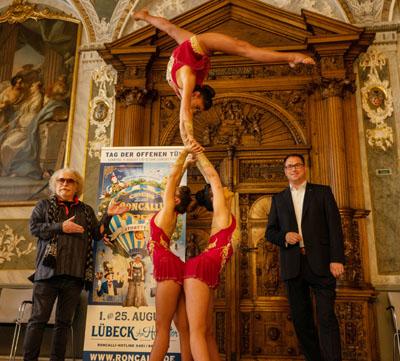 Bernhard Paul stellte zusammen mit Bürgermeister Jan Lindenau Teile des neuen Programms im Rathaus vor. Foto: LTM