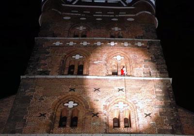 Auch in diesem Jahr wird sich der Weihnachtsmann wieder vom Turm abseilen und zu den Kindern kommen. Foto: JW