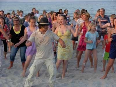 Bei der lässigen Tanzveranstaltung am Strand, die regelmäßig im Sommer in Scharbeutz und Neustadt in Holstein, kann jeder mitmachen. Foto: Rasoul Khalkhali.