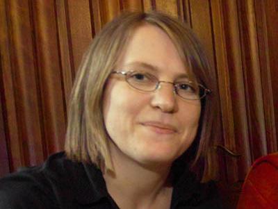 Petra Schmittner, Mitarbeiterin im Frauenbüro der Hansestadt Lübeck, weist darauf hin dass die Broschüre kostenfrei im Frauenbüro erhältlich ist.