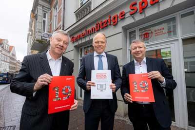 Von links: Wolfgang Pötschke, Titus Jochen Heldt und Frank Schumacher präsentieren den Jahresbericht 2019. Foto: Sparkassenstiftung