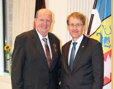 Ministerpräsident Daniel Günther überreichte Günther Stapelfeldt (li.) im Auftrag des Bundespräsidenten das Bundesverdienstkreuz. Foto: Handwerkskammer Lübeck