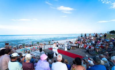 Bereits zum dritten Mal laden die Solisten der Eutiner Festspiele auf eine kleine Strand-Tournee auf der Scharbeutzer Strandbühne ein. Foto: TALB