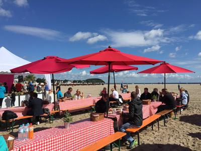 Der perfekte Start in den Tag gelingt auch in diesem Jahr wieder mit einem unbeschwerten Sonntagsfrühstück am Travemünder Strand. Foto: LTM