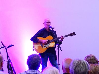 Nach dem Konzert im Europäischen Hansemuseum im vergangenen Oktober kommt der Spitzen-Gitarrist Allan Taylor noch einmal die Hansestadt. Fotos: Harald Denckmann.