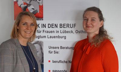 Claudia Schmutzer, Beauftragte für Chancengleichheit am Arbeitsmarkt, und Agnes Hiesberger, Beraterin bei Frau und Beruf informieren über die Möglichkeiten einer Teilzeitausbildung.