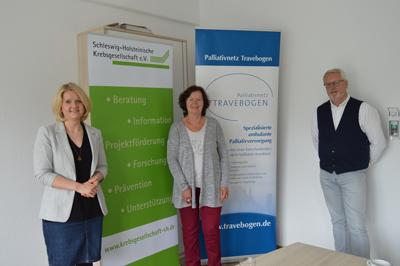 Von links: Katharina Papke, Veronika Doerre (Krebsgesellschaft) und Thomas Schell (Travebogen). Foto: Travebogen