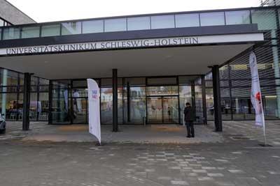 In der Lübecker Uni-Klinik wurde bei einem verstorbenem Patienten eine Infektion mit Coronavirus festgestellt.