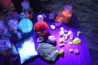 Mikroplastik, Muschelschalen und Pilze leuchten in UV-Licht in ganz neuen Farben. Bild: GeoPark Nordisches Steinreich.
