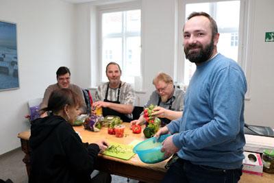 Einrichtungsleiter René Bornmann (r.) und viele fleißige Helfer bereiteten die Weihnachtsfeier in der Zentralen Beratungsstelle vor. Foto: Kristin Wendt