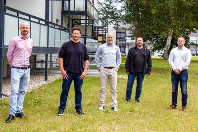 Die Sozialarbeiter der Vorwerker Diakonie Daniel Katona (2.v.l.) und Björn Steinbrecher (4.v.l.) arbeiten mit Sven Theis (rechts) und Marvin Polowczyk (1.v.l.) von Vonovia sowie Vermieter Thorsten Asmussen zusammen.
