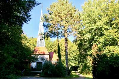 Der Online-Gottesdienst kommt diesmal aus der Waldkirche in Timmendorfer Strand. Foto: Weinhold