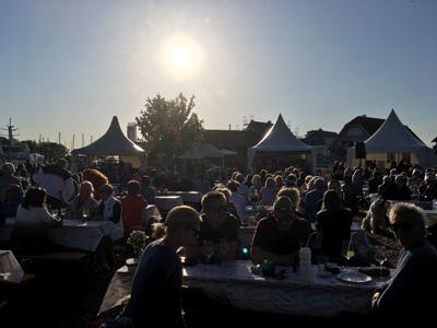 Beim Weinfest werden stimmungsvolle Musik und weinbegleitende Speisen  eine gemütliche Atmosphäre schaffen. Foto: TSNT GmbH.