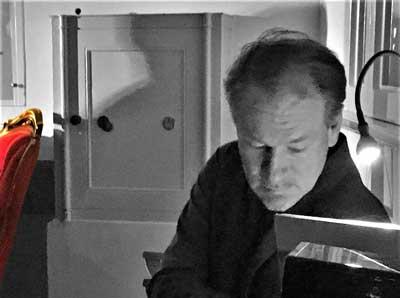 Wolfgang Bremer lässt die 50-er Jahr in lockerer Atmosphäre in Texten lebendig werden. Foto: Veranstalter
